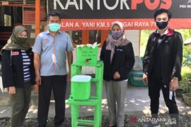 Mahasiswa PMM UMM buat tempat cuci tangan portable dan sabun kertas
