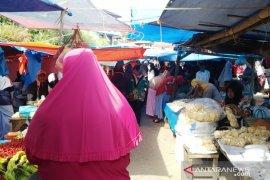 Kasus positif melonjak, Pasar Nagari di Tanah Datar ramai tanpa menggunakan masker