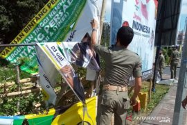 Satpol PP Denpasar tertibkan spanduk dan baliho kedaluwarsa