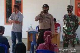 Polisi sosialisasi Perbup tentang COVID-19 di sela penyaluran BST