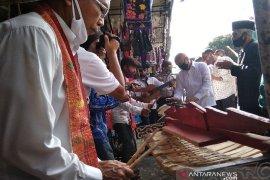 "Menteri Teten nikmati alunan ""gondang"" hingga bercengkerama dengan pedagang souvenir Danau Toba"