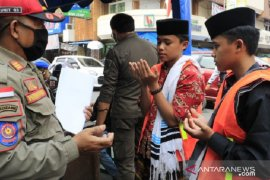 Petugas sisir warga Kota Sukabumi yang beraktivitas tidak gunakan masker
