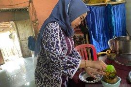 Ketua TP PKK Bangka belajar buat gula merah kelapa sawit