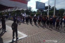 Unjuk rasa di DPR Aceh, massa buruh tolak PHK massal
