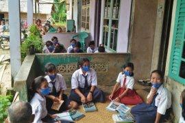 Akses internet terbatas, Guru di pedalaman Bengkayang berikan pembelajaran berkelompok