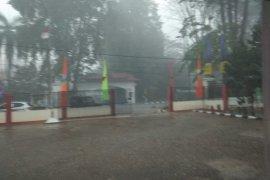 Hujan deras disertai angin warnai petang di Kota Jambi