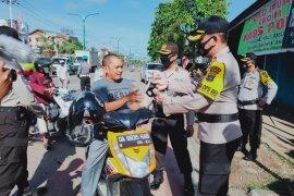 Kapolres Tabalong bagi - bagi masker gratis