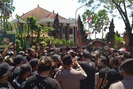 Puluhan pendukung Jerinx SID datangi Kejati Bali