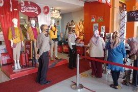 Perwira Polisi Sukabumi dikerahkan awasi penerapan protokol kesehatan di pusat perbelanjaan