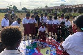 Prajurit TNI perbatasan RI-PNG gunakan metode monopoli ala branjangan mengajar siswa