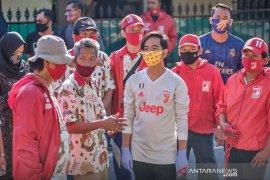 Putra sulung  Jokowi, Gibran bagikan ratusan sembako-masker untuk warga Solo