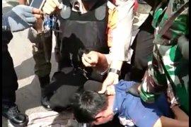 Terlihat panik saat razia masker, seorang pria ditangkap Satgas COVID-19 karena bawa sabu-sabu
