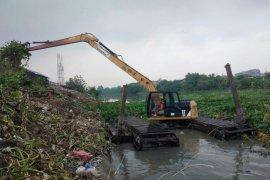 Jasa Tirta I angkut sampah domestik hingga 40 meter kubik per hari dari Kali Surabaya