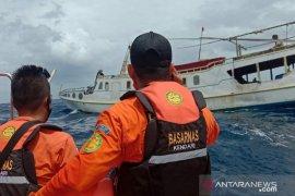 Empat penumpang kapal di Wakatobi dijemput tim SAR setelah kapal mereka mati mesin di lautan