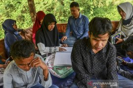 Penyandang tunanetra belajar Al Quran di luar ruangan