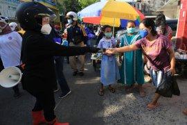 Risma blusukan ke pasar ingatkan warga pakai masker