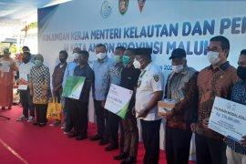 KKP serahkan 1.000 paket sembako kepada nelayan imbas COVID - 19 di Ambon