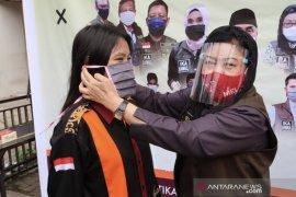 IKA Universitas Mulawarman  bagikan masker gratis untuk masyarakat
