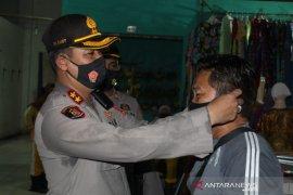 Polres Bangka Tengah bagikan masker kepada pedagang pasar