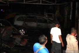 Belasan mobil dan sejumlah motor hangus akibat kebakaran