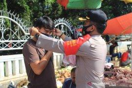 Personel Polres Sukabumi Kota bagi-bagi masker untuk pedagang