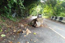Hati-hati, bongkahan batu besar tutupi jalan di puncak Geurute