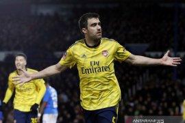 Napoli tertarik bek Arsenal untuk gantikan Kalidou Koulibaly