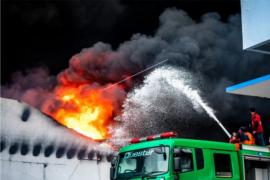 Kebakaran gudang pabrik elektronik