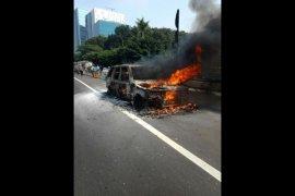 Mobil SUV hangus terbakar di jalan tol, pengendara melompat sebelum api berkobar