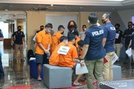 Polisi merekonstruksi kasus pesta asusila sesama jenis