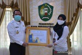 BPS Sumut serahkan penghargaan untuk Wali Kota Padangsidimpuan