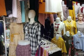 Aktifitas jual beli di Pasar Batusangkar sepi, pendapatan pedagang berkurang