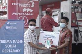 Pertamina berikan masker dan handsanitizer kepada pelanggan di Kalbar