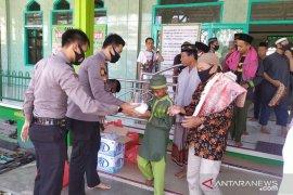 Kapolres Bangka bagikan 100 kotak nasi bagi jamaah Jumat
