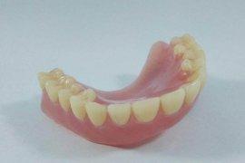 Dokter bagi tips cara merawat gigi palsu agar awet dan sehat