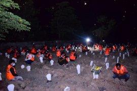 Pelanggar protokol kesehatan dihukum berdoa bersama di makam korban COVID-19