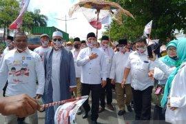 Denny Indrayana datang diiringi kesenian hadrah daftar ke KPU Kalsel