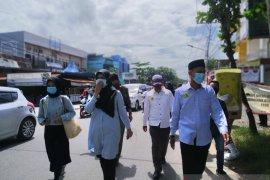 Ananda-Mushaffa jalan kaki daftar ke KPU Banjarmasin