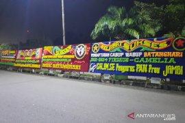 Malam ini, papan ucapan selamat sukses penuhi Kantor KPU Batanghari