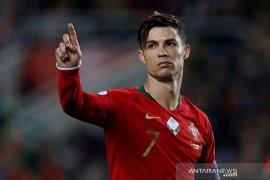 Ronaldo diminta pakai masker saat tonton Portugal menang