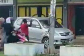 Diduga alami gangguan jiwa, seorang pria mengamuk dan serang warga di Lhokseumawe, dua mobil rusak