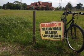 Dilarang...! belajar mobil di dalam lapangan
