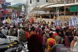 Ribuan pendukung antar Erman Safar-Marfendi mendaftar ke KPU Bukittinggi
