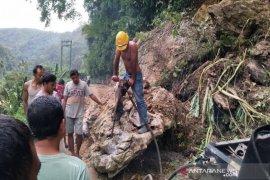 Jalan penghubung menuju Kecamatan Ulu Pungkut tertimbun longsor