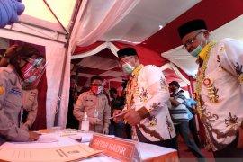 Pasangan Mulya-Abadi jalan kaki daftar ke KPU Situbondo