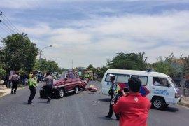 Enam orang penumpang kijang tewas tabrakan dengan truk, seorang yang duduk samping sopir selamat
