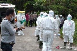 Lima personil Polres Teluk Wondama terlibat dalam pemakaman pasien COVID-19