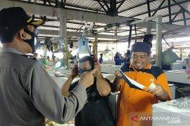Tim gabungan pantau penggunaan masker pengunjung di Pasar Mentok