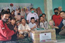 Kader PDIP Garut distribusikan 50 Al Qur'an untuk santri yatim duafa