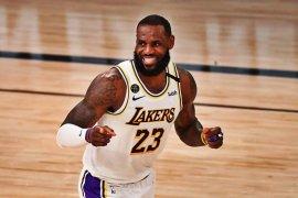 LeBron James  ukir rekor kemenangan saat Lakers hajar Rockets di gim ketiga